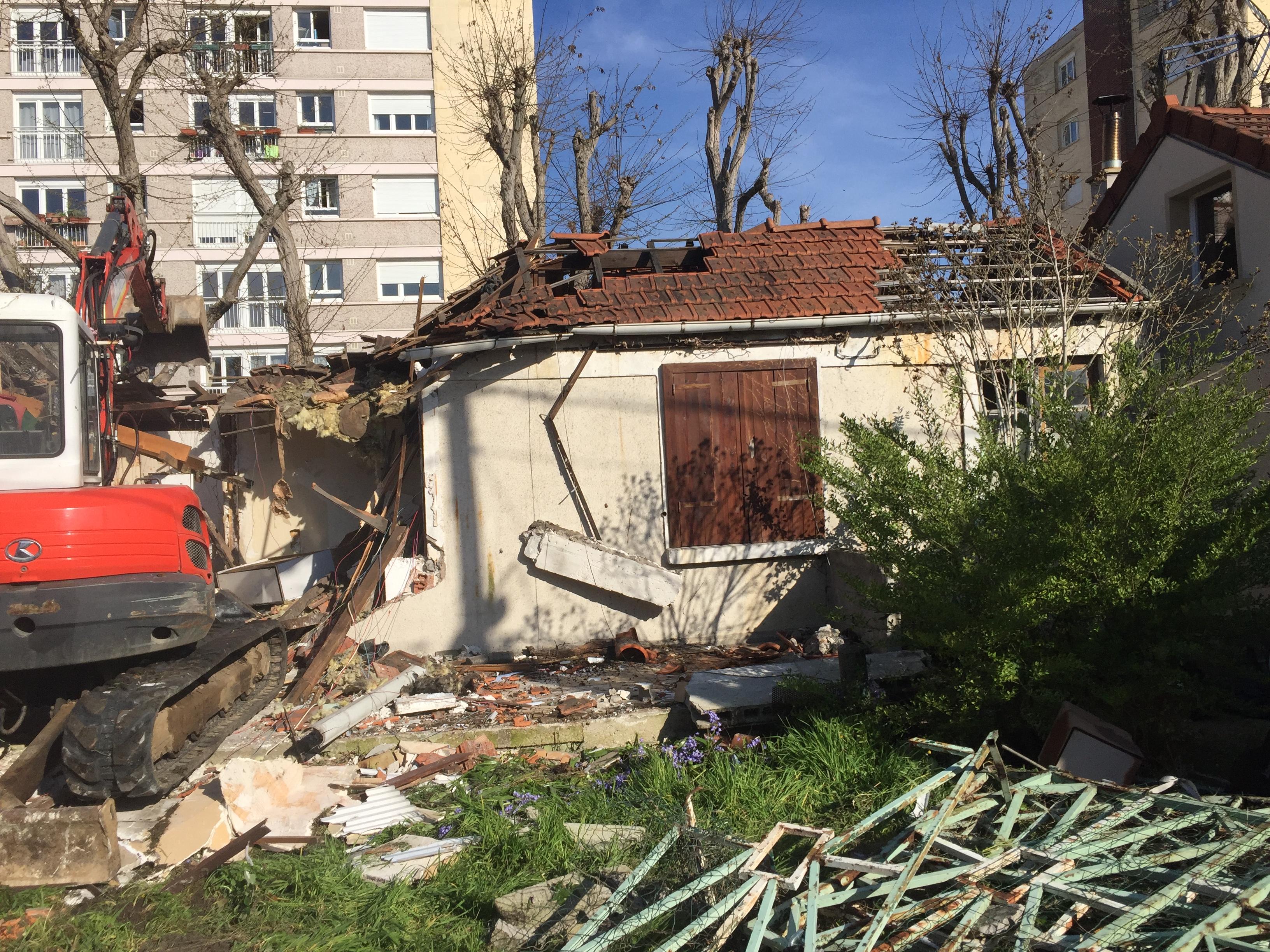 Pelleteuse démolisant un pavillon